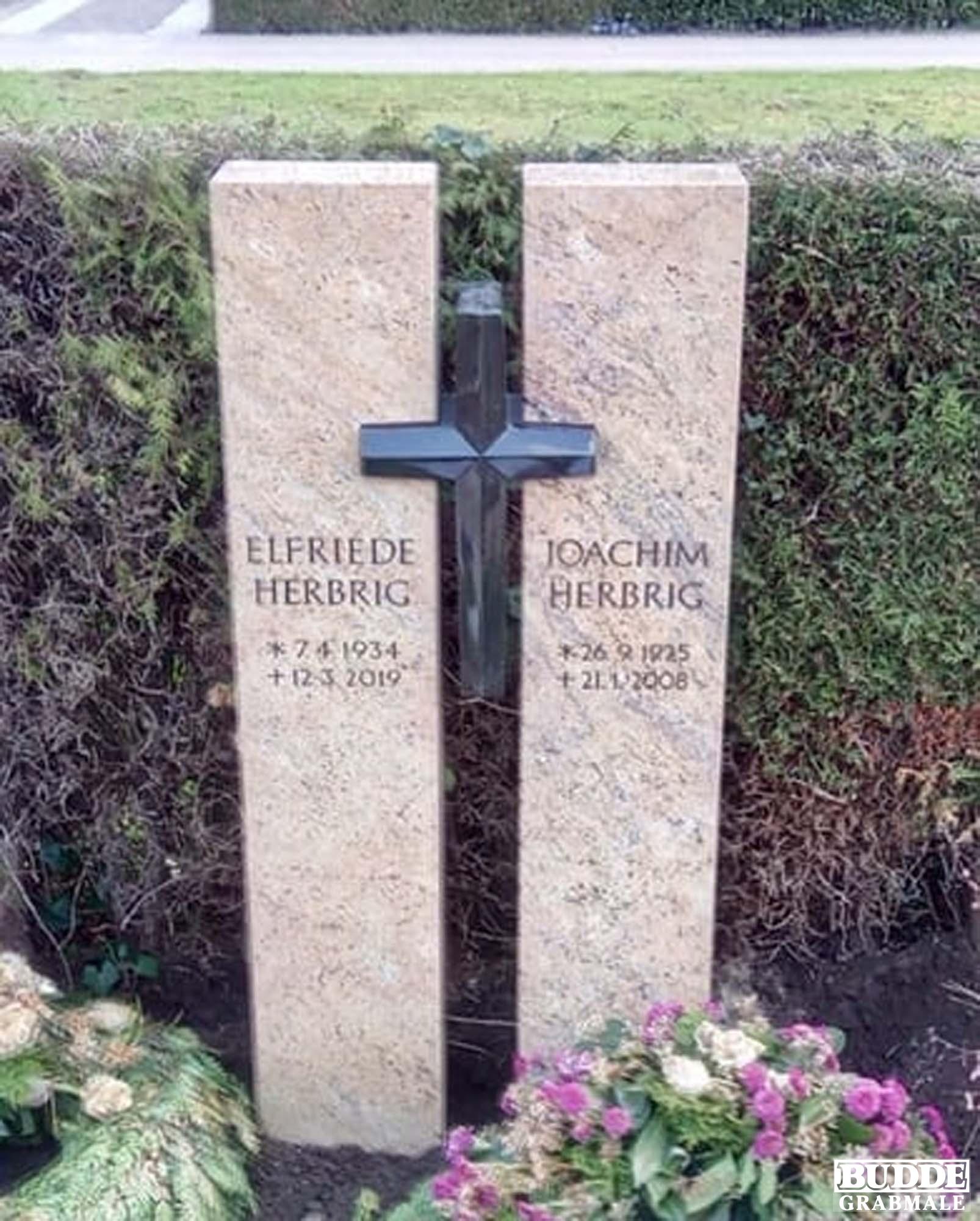Füchtorf, Grabstein heller Granit mit Granitkreuz