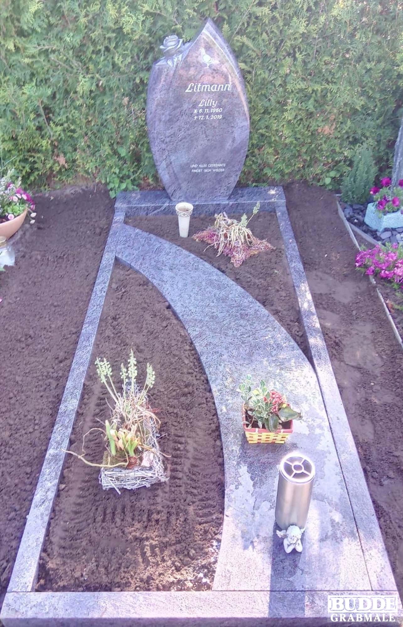 Lette_Oelde, Grabstein mit Einfassung und Teilabdeckplatte Orion Granit