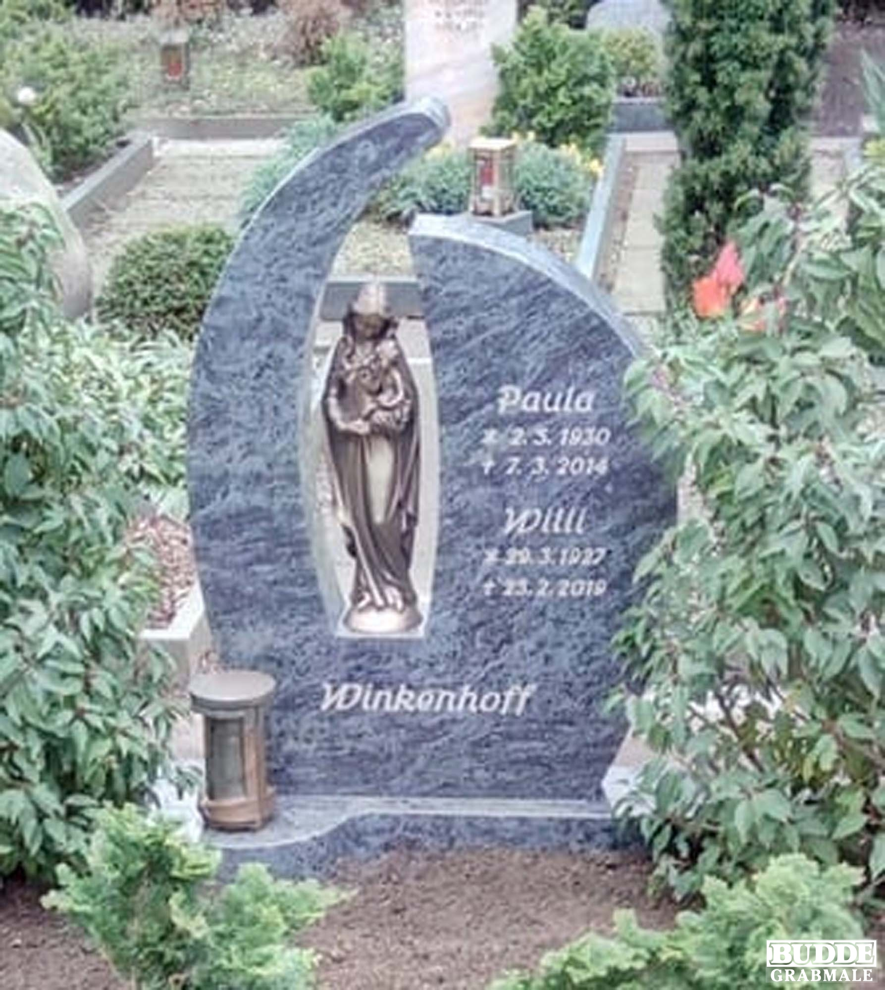 Oelde, Grabstein mit Bronzemadonna und Grablaterne