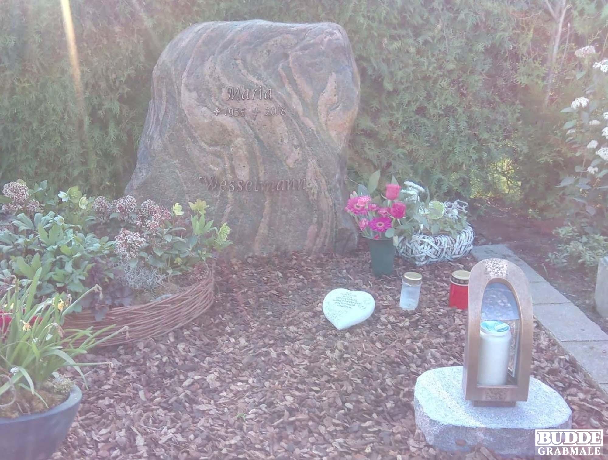 Steinhagen, Grabstein Felsen mit Bronzeschrift und Grablaterne