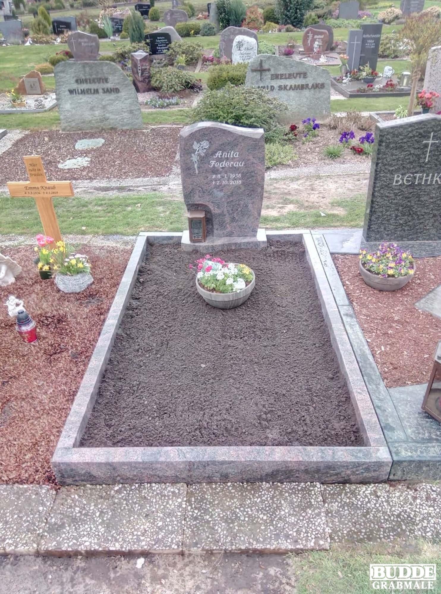 Tecklenburg Leeden, Grabstein mit Rose und Einfassung