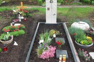Grabstein aus Kalkstein mit Edelstahlkreuz und Diabas Einfassung