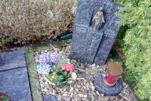 Liesborn, Urnengrabstein mit Bronzemadonna
