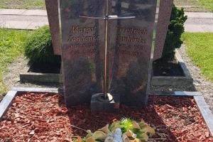 Bad Westernkotten, Grabstein mit Bronzekreuz