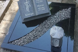 Erwitte, Grabstein Buch aus Granit mit Einfassung und Teilabdeckplatten