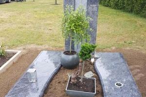 Grabstein mit Teilabdeckplatten Vasenring aus Edelstahl und Grablaterne Material Orion