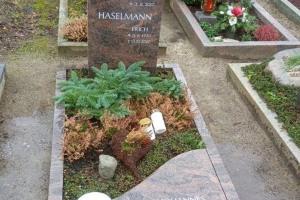 Grabstein mit Einfassung und Teilabdeckplatte