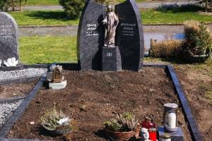 Altenbögge Bönen, Grabstein mit Einfassung und Bronzemadonna