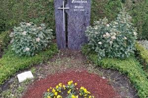 Gütersloh, Grabstein zweiteilig mit Edelstahlkreuz