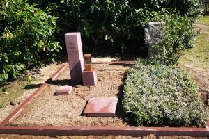 Meinersen Päse, Grabeinfassung mit Grabstein und Bronzelaterne