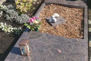 Mellrich_Anröchte Grabanlage mit Teilabdeckplatten und Grablaterne