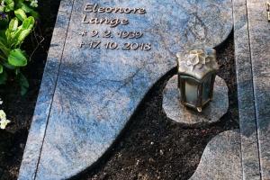 Möhnesee Körbecke, Grabstein aus Granit mit Bronzeschrift