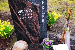 Sassenberg, Urnengrabstein aus zwei Materialien