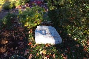 Grabplatte mit Bronzeschrift
