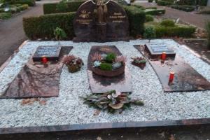 Warendorf, Grabstein mit Teilabdeckplatten und Madonna