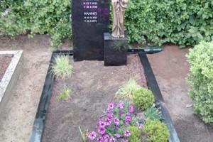Telgte, Grabstein mit Bronzemadonna und Einfassung