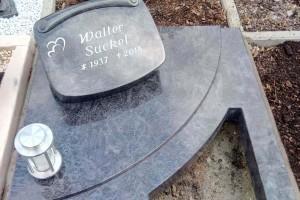 Urnengrabanlage, Vollabdeckung mit Herzausschnitt und zweiteiligem Denkmal