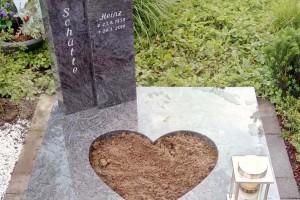 Urnengrabanlage mit kleiner Pflanzfläche und Edelstahlgrablaterne