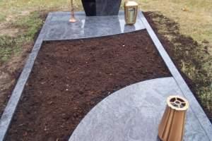 Grabstein mit Teilabdeckung und Bronzebaum