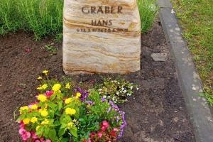 Gütersloh, Urnengrab mit Bronze Schrift