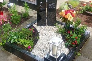Kloster Oesede, Urnendoppelgrab mit Herz, Edelstahlkugel, Laterne und Einfassung