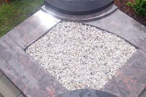 Neubeckum, Urnengrab mit Laterne und Einfassung