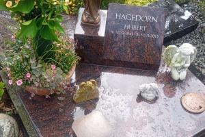 Ostbevern, Urnengrab mit Laterne, Madonna und Vasenring