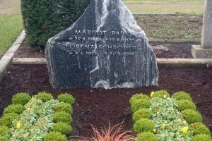 Grabstein Felsen Schrift aufgesetzt