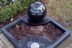 Urnengrabanlage Grabstein Granitkugel mit Einfassung