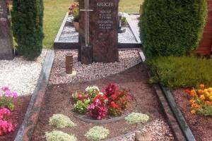 Doppelgrab mit Kreuz, Laterne, Vase und Einfassung