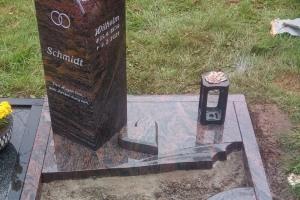 Enger, Urnengrab mit Laterne, Vase, Ornament, Granitherz, Viertelkreisplatte und Teilabdeckplatte