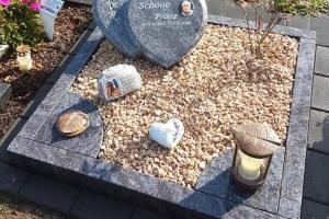 Clarholz, Urnenanlage, Urnenstein, Grabmal in Herzform, Doppelherz,
