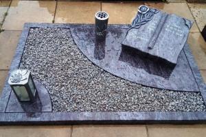 Hagen, Urnengrab, Urnenanlage, einfassung, Abdeckplatte, Granitbuch, Ornament