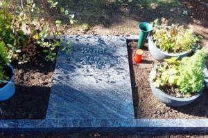 Herzfeld, Urnengrab, Urnenanlage, Einfassung, Abdeckplatte, Bronzeschrift