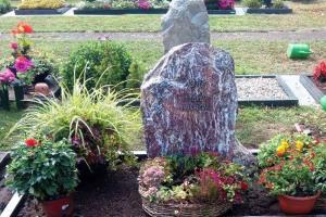 Lage, Billinghausen, Grabanlage, Grabstein, Felsen, Bronzeschrift, Bronzerose, Einfassung