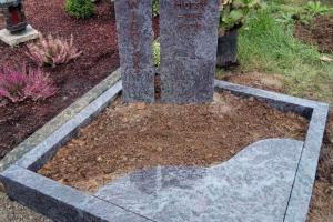 Riemsloh, Urnengrab, Urnenanlage, Urnenstein, Zweiteiler, Einfassung, Abdeckplatte, Bronzeschrift