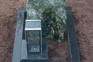 Oeding, Urnengrab mit Laterne, Vase, Bronzevogel und Einfassung