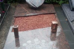 Oelde, EInzelwahlgrab mit Laterne, Vase, Ornament, Teilabdeckung und Einfassung