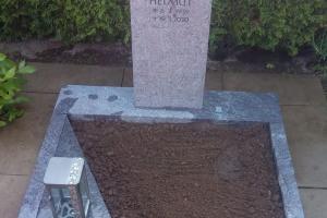 Roxel, Urnendoppelgrab mit Laterne und Einfassung