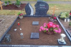 Sendenhorst, Doppelgrab mit Edelstahlkreuz, Laterne, Trittplatten und Einfassung