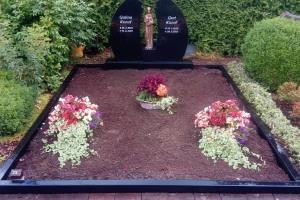 Warendorf, Doppelgrab mit Madonna und Einfassung