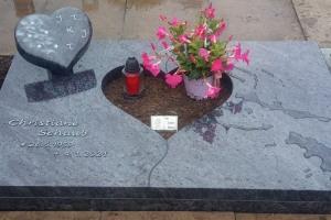 Werne Süd, Urnengrab mit Granitherz, Ornament, Abdeckplatte und Einfassung