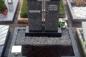 Clarholz, Urnengrab mit Edelstahlkreuz, Laterne, Vase, Teilabdeckung und Einfassung