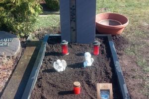 Ennigerloh, Einzelwahlgrab mit Laterne, Vase und Einfassung