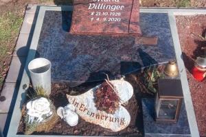 Ennigerloh, Kissenstein Urnengrab mit Teilabdeckung und Laterne