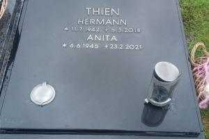 Harsewinkel, Urnendoppelgrab mit Laterne und Versenkvase