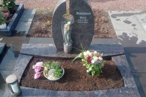 Herzebrock, Urnendoppelgrab mit Bronze Engel, Laterne und Grabumrandung