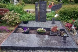 Iserlohn, Doppelgrab mit Edelstahlkreuz, Laterne, Vase, Blumenschale, Teilabdeckung und Einfassung