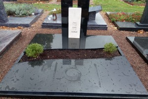 Bredenborn, Grabanlage, Stelen, Abdeckplatten, Einfassung, pflegeleicht