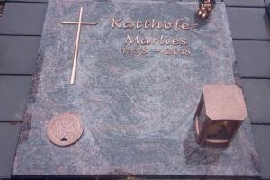 Erwitte, Horn, Abdeckplatte, Vollabdeckung, Bronzeschrift, Bronzekreuz, Bronzeengel, Grableuchte, Versenkvase